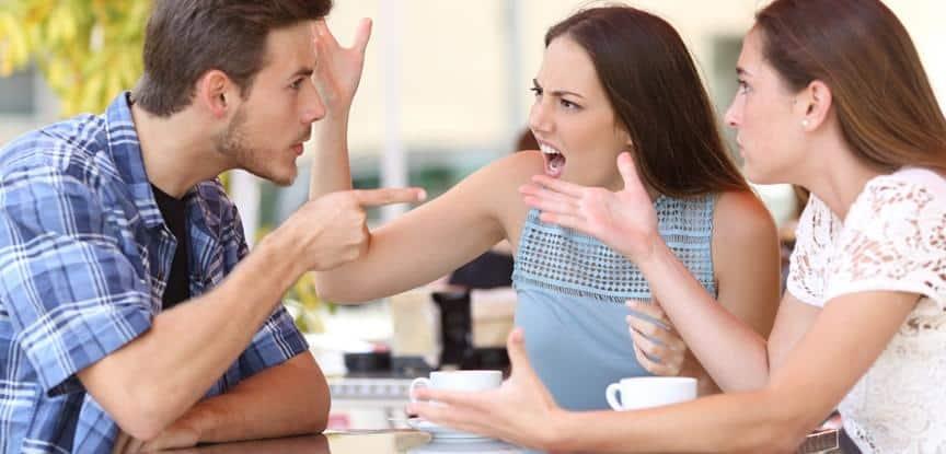 foto de casal brigando e amiga tentando apartar