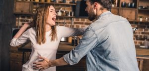 foto de mulher e homem brigando