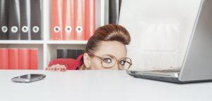 foto de mulher escondida atrás da mesa