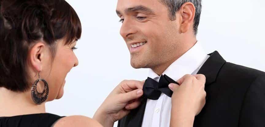 foto de mulher arrumando gravata do homem