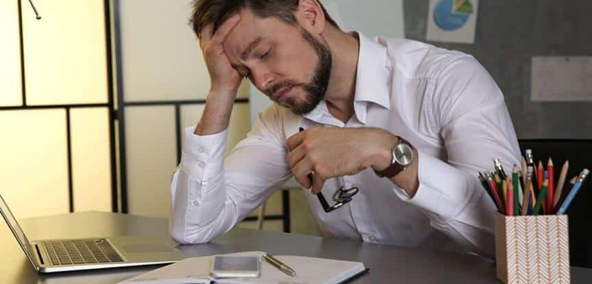 foto de homem chateado com a mão na cabeça