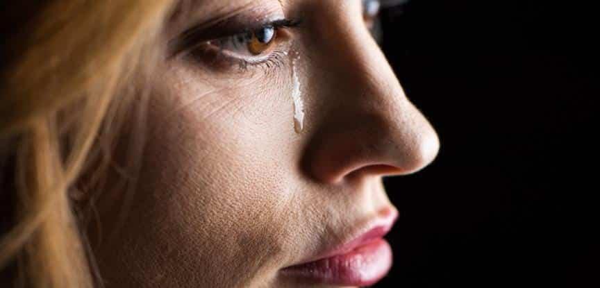 foto de mulher chorando