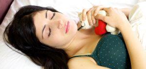foto de mulher deitada segurando bicho de pelúcia