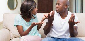 foto de mulher conversando com um homem