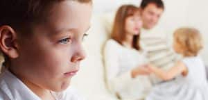 foto de família e menino triste sozinho