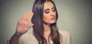 foto de mulher com a mão levantada