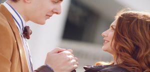 foto de homem e mulher de mãos dadas se olhando