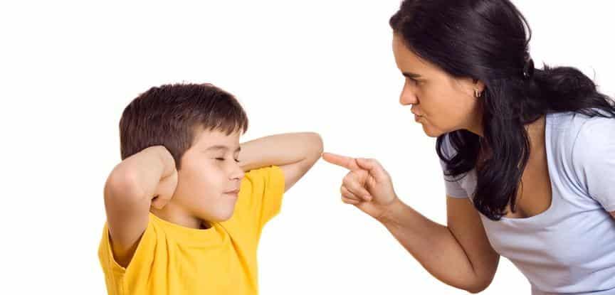 foto de menino ignorando a mãe