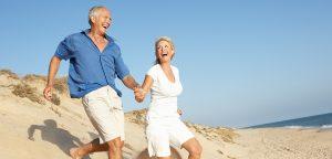 Sênior casal desfruta de férias na praia correndo Duna — Fotografia de Stock #4842650 Sênior casal desfruta de férias na praia correndo Duna