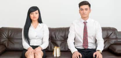 Casal de negócios sentado no sofá no escritório com presente — Fotografia de Stock #51825169 Casal de negócios meia sem emoções na roupa formal