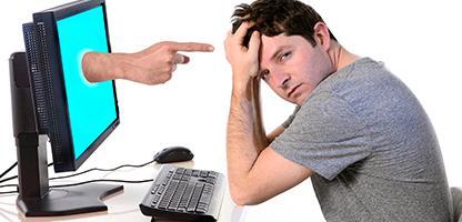 Homem com dedo computador apontando em mídias sociais cybermobbing e bullying — Fotografia de Stock #43114923 Homem com dedo computador apontando em mídias sociais