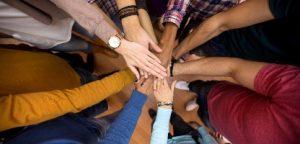 Muitas mãos juntas: grupo de juntar as mãos