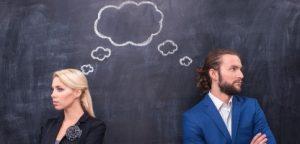 Pensamento masculino e feminino junto no fundo do quadro-negro de th Pensamento masculino e feminino junto no fundo do quadro-negro de th