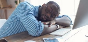 Jovem africano que trabalha no ramo de escritório