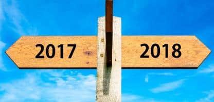Placa de madeira com duas setas opostas sobre o céu azul claro, sinais de ano 2017 e 2018, imagem conceitual de feliz ano novo Placa de madeira com duas setas opostas sobre o céu azul claro, sinais de ano 2017 e 2018, imagem conceitual de feliz ano novo
