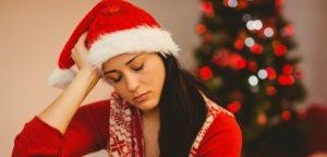 Morena festiva, sentindo-se triste no Natal