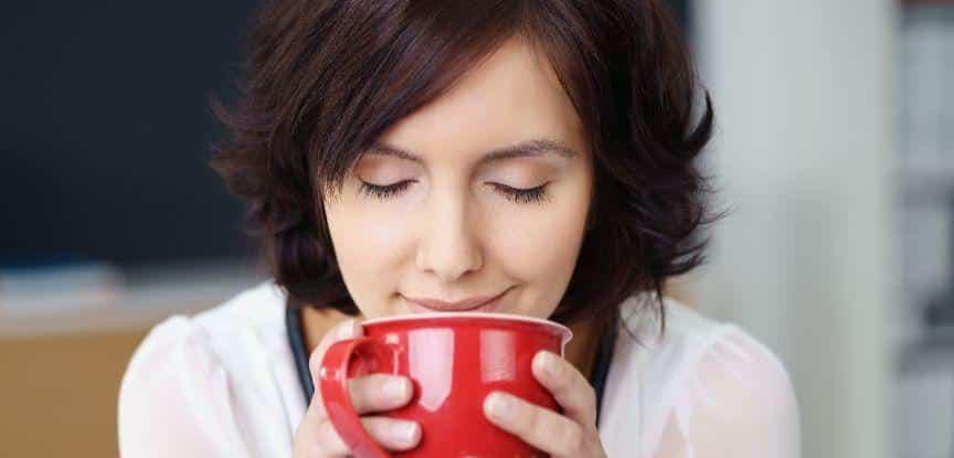 Mulher Cheirando o Aroma de Café e ativando a memória olfativa