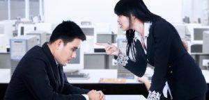 Empresária está gritando com seu empregado