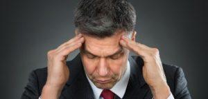 Homem que sofre de dor de cabeça
