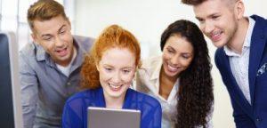 Tablet de empresária mostrando aos colegas engajamento autogestão
