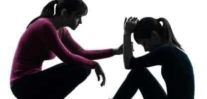 Família mãe consolando a silhueta de filha filha