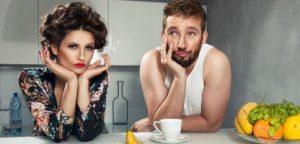 Monotonia. Casal em crise de relacionamento depois do pequeno almoço. Caras estranhas. Jovem homem e beleza na cozinha.