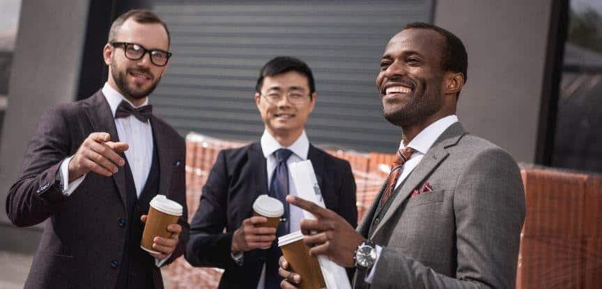Reunião da equipe jovens empresários multiétnicas na reunião de trajes formais ao ar livre de coffee-break, negócios