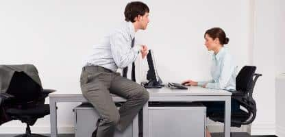 Assistir colega empresário assédio sexual
