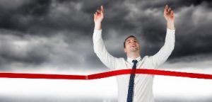 Empresário animado, cruzando a linha de chegada em estado de flow