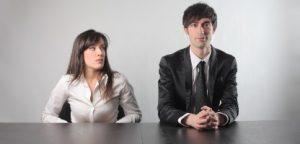 Retrato do empresário estressado mordendo o papel em branco enquanto sentado no local de trabalho no escritório
