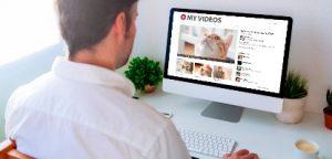Homem procrastinando assistindo a vídeos de gato