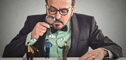 Empresário de liderança situacional com óculos sentado na mesa olhando ceticismo discutindo pessoas