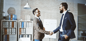 Handshaking de empresários bem sucedidos após negociação