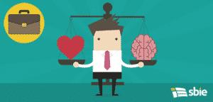 Empresário com coração e cérebro em escalas