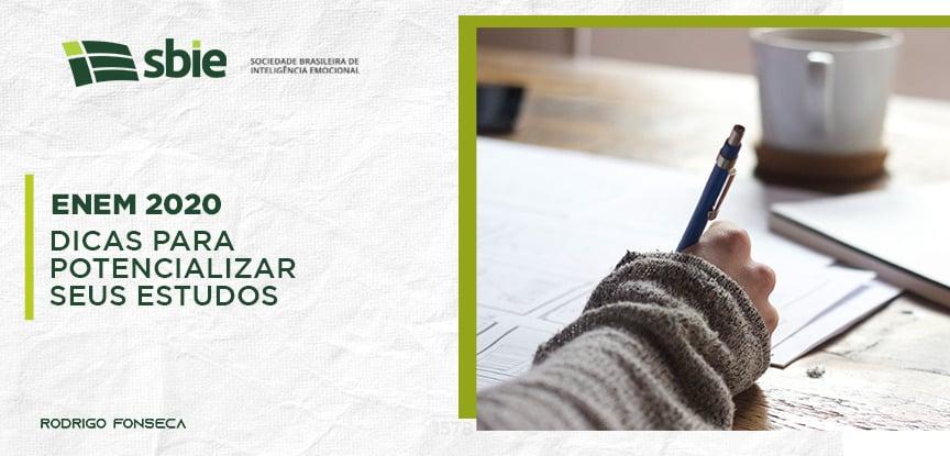 No lado direito, há uma mão segurando uma caneta, que remete a um aluno fazendo a prova do ENEM. Do lado esquerdo, está o título do artigo: ENEM 2020: 4 dicas para potencializar seus estudos.